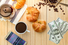 Telefon komórkowy z giełda papierów wartościowych ekranem, kubkiem kawa i mone, Obrazy Royalty Free