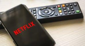 Telefon komórkowy z Netflix logo ekranem fotografia stock