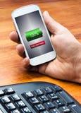 Telefon Komórkowy z pełną bateryjną ikoną przy ekranem Obrazy Royalty Free