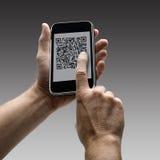 Telefon komórkowy z QR kodem zdjęcia stock