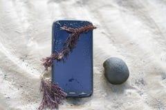 Telefon komórkowy zanurzający w wodzie obraz royalty free