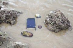 Telefon komórkowy zanurzający w wodzie zdjęcie stock