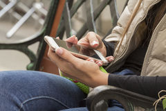Telefon komórkowy w ręki dziewczynie Fotografia Stock
