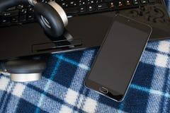 Telefon, Kopfhörer, Laptop auf Weinleseschleier lizenzfreies stockfoto