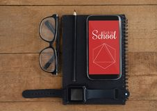 Telefon med skolasymboler på skärmen Arkivfoton