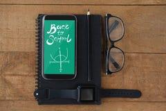Telefon med skolasymboler på skärmen Fotografering för Bildbyråer