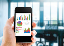 Telefon med statistikdiagrammet Fotografering för Bildbyråer