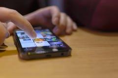 Telefon mobile che pratica il surfing immagini stock