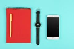 Telefon, notepad, zegarek i pióro na koloru tle, obraz stock