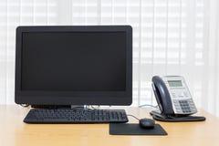 Telefon och dator på tabellarbete Arkivbilder