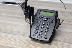 Telefon och hörlurar med mikrofon Arkivfoton