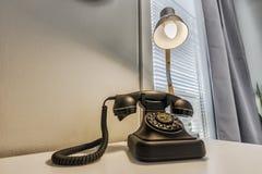 Telefon och lampa royaltyfria bilder