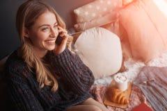 Telefon och le för kvinna talande Royaltyfri Bild