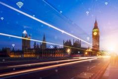 Telefon och stad för handinnehav smart med nätverksanslutning smart Arkivbild