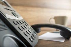 Telefon och telefonluren av kroken Arkivfoto
