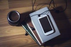 Telefon på böcker Royaltyfri Foto