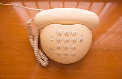 Telefon på en trätabell Royaltyfri Foto