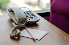 Telefon på skrivbordet arkivfoto