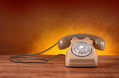 Telefon Retro- auf dem Tisch lizenzfreies stockbild