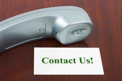 Telefon und Kartenkontakt wir! Stockbild