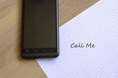 Telefon und Notizblock Stockfotografie