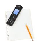 Telefon und Notizblock Lizenzfreie Stockfotografie