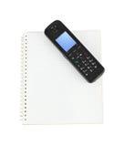 Telefon und Notizblock Lizenzfreie Stockfotos