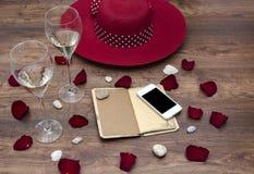 Telefon und Notizbuch, Gläser funkelndes Weißwein lizenzfreies stockfoto