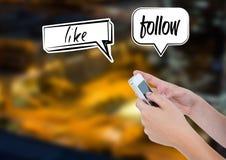 Telefon und wie Blog halten, folgen Sie Chatblasen über Stadt Stockbilder