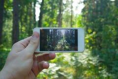 Telefon w man& x27; s ręka zdjęcia royalty free