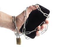 Telefon w ręka zawijającym łańcuchu zdjęcie stock