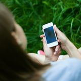 Telefon w rękach dziewczyna Fotografia Stock