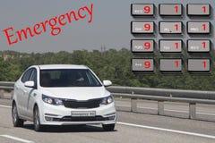 Telefon w sprawie nagłego wypadku używa telefonem Pojęcie nagły wypadek i wypadki samochodowi z bliska fotografia stock