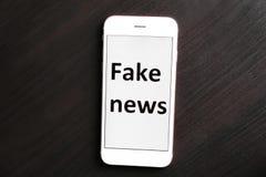 Telefon z tekst imitacji wiadomością na ekranie przeciw ciemnemu tłu fotografia royalty free