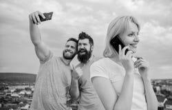 Telefon Zamyka w g?r? grupy m?odzi ludzie z smartphones fri obrazy royalty free