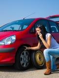 Telefonando per la guida di ripartizione dell'automobile Immagine Stock