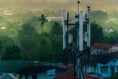 Telefonantenn på överkanten av byggnad Arkivfoton
