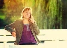 Telefonar da jovem mulher exterior Imagem de Stock Royalty Free