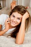 Telefonar novo da mulher da beleza Imagens de Stock Royalty Free
