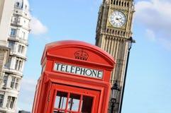 Telefonask och Big Ben i London Royaltyfri Foto