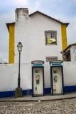 Telefonaskar framme av den vita fasaden i den medeltida Portuguen Royaltyfri Fotografi