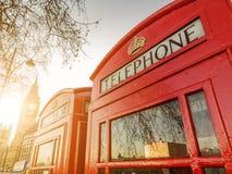 Telefonaskar och klockatornet i London Arkivfoto