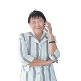 Telefonata asiatica anziana della donna di affari isolata su fondo bianco Fotografia Stock Libera da Diritti