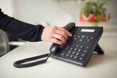 Telefonata di risposta Squillo del telefono Buone o notizie difettose Uomo d'affari che mostra i pollici giù Centro di aiuto di s Fotografia Stock