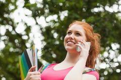 Telefonata felice splendida dei taccuini della tenuta dello studente Fotografie Stock
