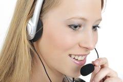 Telefonistfrauen, die einen Kopfhörer tragen