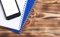 Telefonbuchnotizbücher auf hölzernem Hintergrund stockbilder