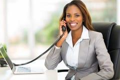 Telefone africano do trabalhador de escritório Imagem de Stock Royalty Free