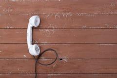 Telefone ajustado branco do vintage da vista superior em uma madeira marrom textured imagem de stock royalty free