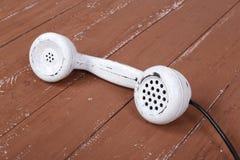Telefone ajustado branco do vintage em uma madeira marrom textured imagens de stock